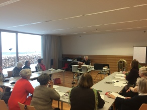 Seminarraum mit Ausblick: Michael Well musiziert